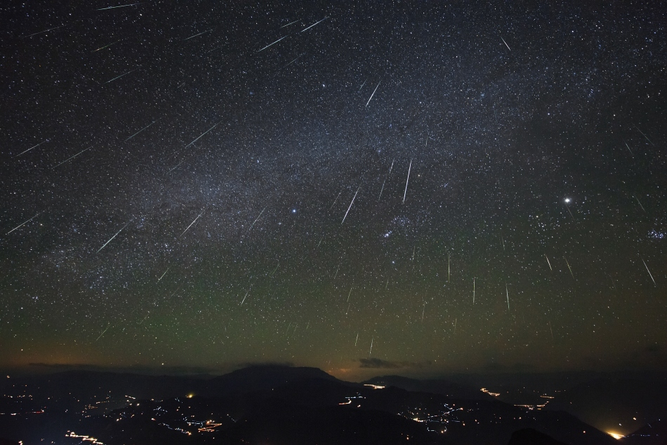 RT @NASA 🌠 Heads up, Earthlings! The Geminid meteor shower, one of the biggest meteor showers of the year, will peak this weekend. Find out the best time to view this cosmic lightshow: https://t.co/hxxo2Si25R