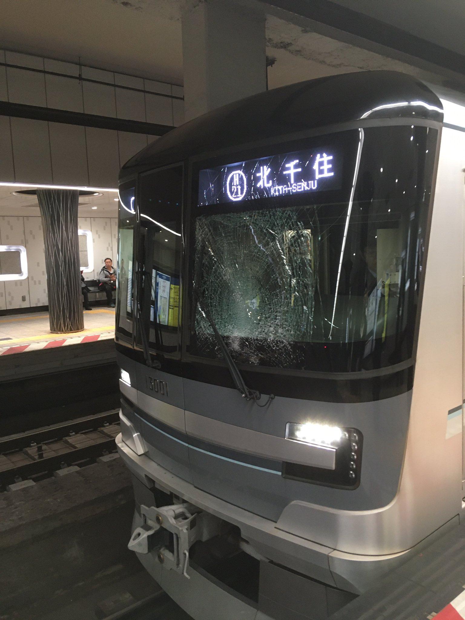 日比谷線の上野駅の人身事故でフロントガラスが割れている画像
