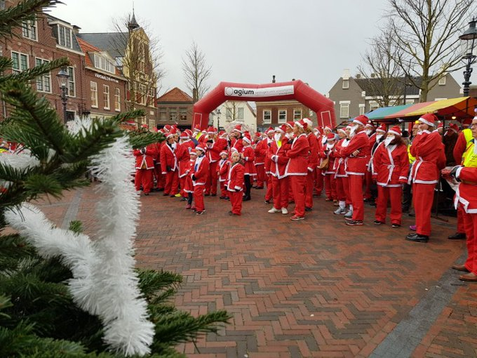 Naaldwijk Centrum Santa run van start in de regen https://t.co/GPArqX7gkK