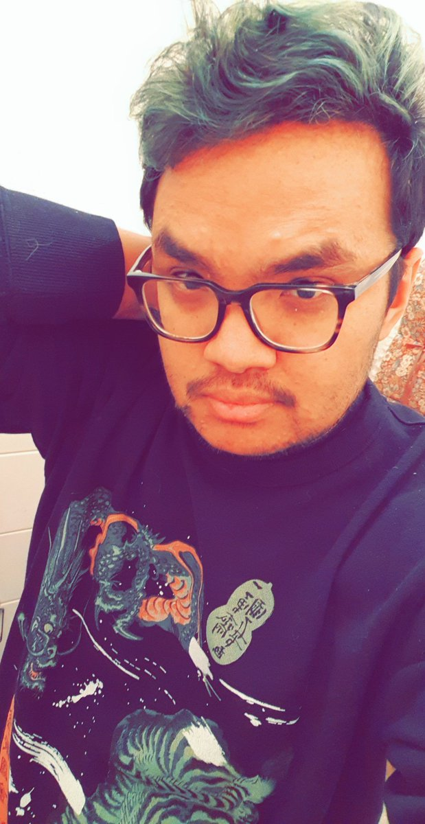 Love the design on my new sweater. #sweater #winter #dyedhair pic.twitter.com/JzFuO77hIN