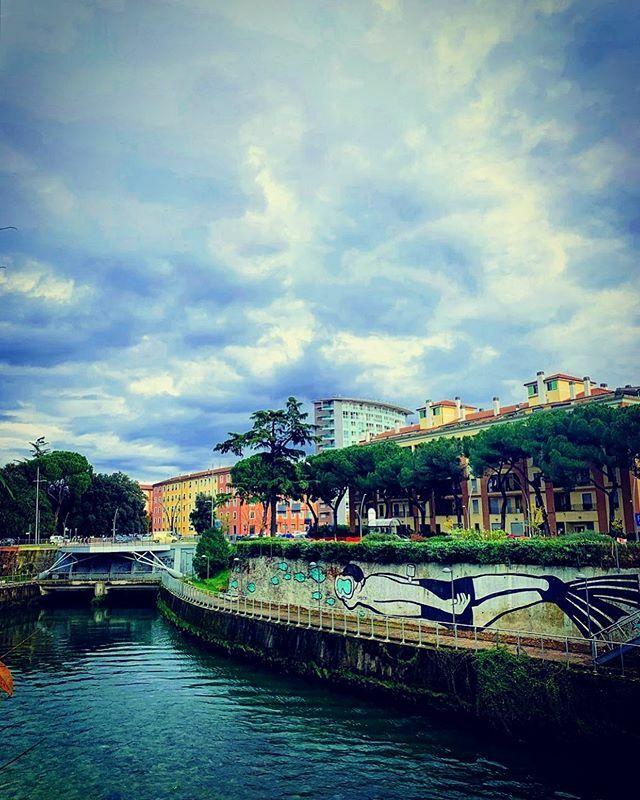 I wish you could swim, like dolphins can swim . . . @streetartumbria #streetart #art #mp5 @mp5art #river #sub #davidbowie @igers.terni@igersumbria #heroes #terni #igersterni #cluod @bestumbriapics@murisicuri#clickfor_terni @clickfor_terni#umbria #urbanromantix #arch…pic.twitter.com/ZF3uGvjeHD