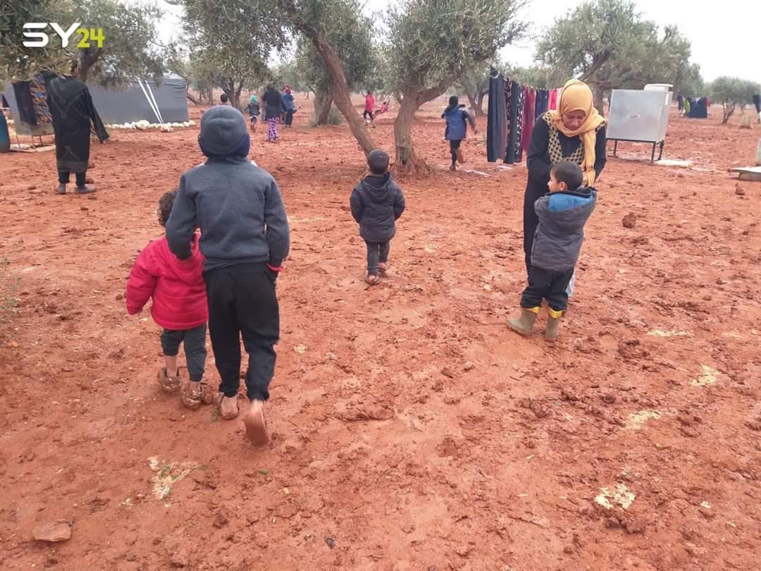 أمطار غزيرة تغمر مخيمات المهجرين شمال سوريا في ظل انخفاض شديد بدرجات الحرارة