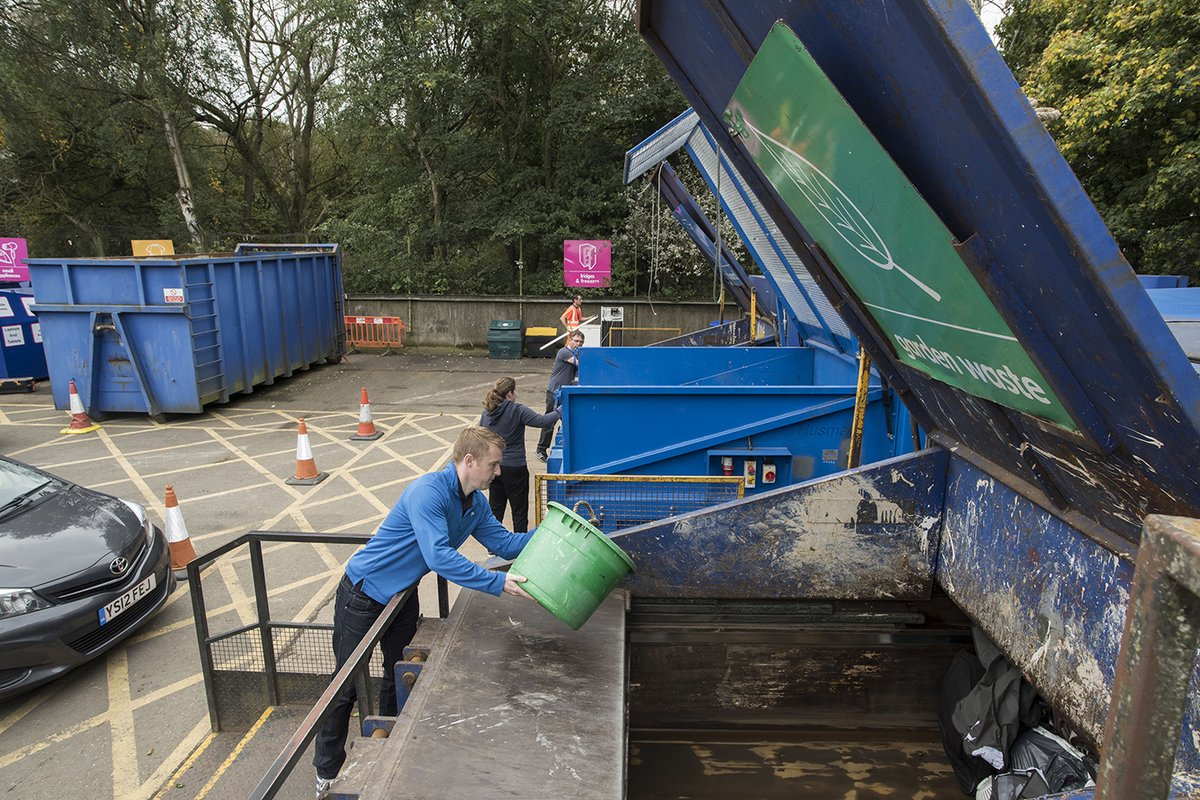 Having a clear out this weekend? Our household waste recycling centres are open 8:30am to 4pm. Please allow enough time to unload your waste before the site closes. Find your nearest here 👇♻️