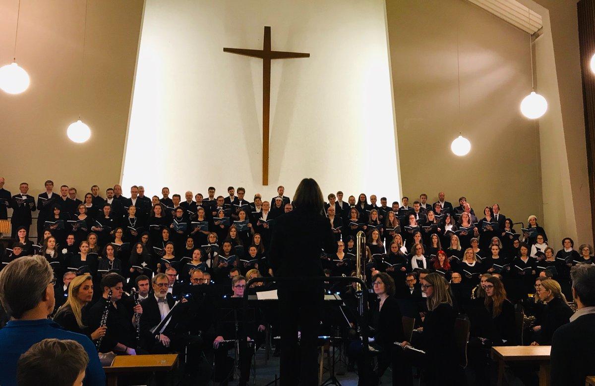 Es geht los: #HHU #Unichor und #OrchestervereinHilgen lassen festlich die #Friedensmesse von #KarlJenkins in der D'dorfer #Stephanuskirche erklingen - Ltg.: AMD #SilkeLöhr #hhu #hhuunichor #konzertedüsseldorf #kulturdüsseldorf #jenkinspic.twitter.com/xKfUClr5dy