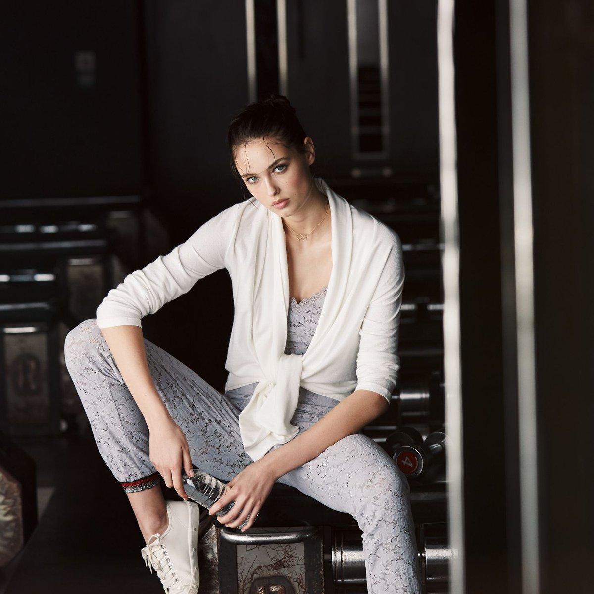 Die kurze #Loungewear Jacke Vioni von #Suggest by Pain de Sucre besteht aus weicher #Viscose mit einem Anteil Angora. Mit langen Ärmeln, in creme weiß als gemütliche Kombination für zu Hause bei http://Seidenland.de     https://buff.ly/2DO52dN  #strickjacke #angora #seidenshoppic.twitter.com/x1NaXQIE1h