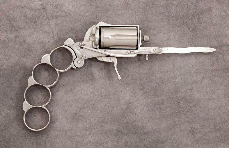 Один любопытный момент из книги Эра милосердия, связанный оружием.