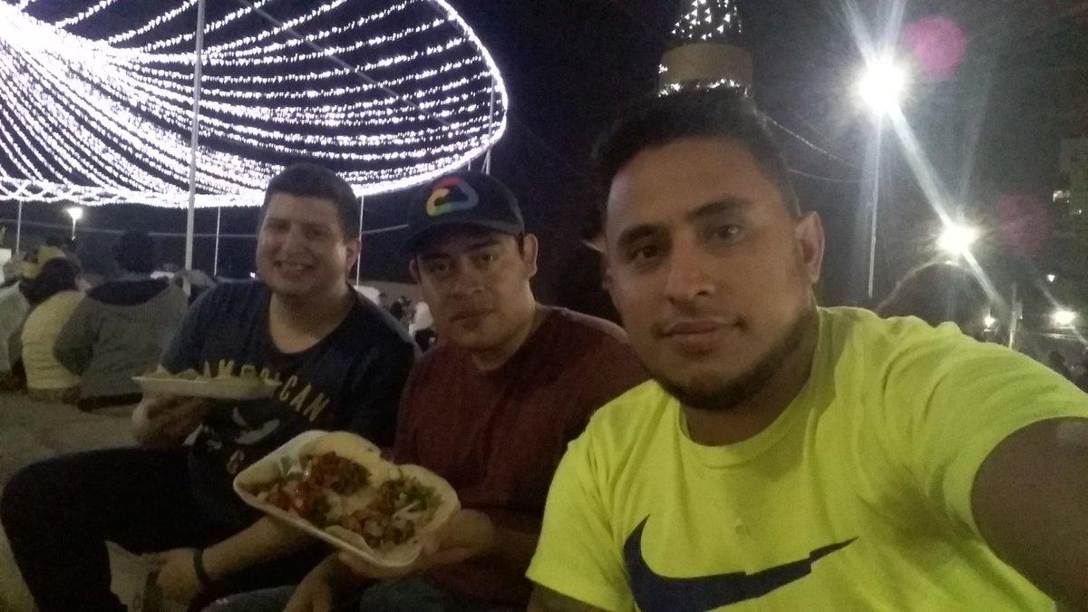 Ayer: Después de una jornada de venta por la noche, a comer unas deliciosas #Baleada, #Tacos y #TortaMexicana. pic.twitter.com/DkHH9sDheu