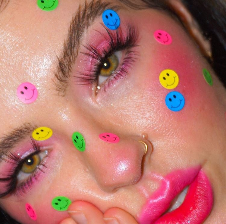 "IT'S WEEKEND! @jessiegracenorton will put a on your face! Meet our barbie #pink #TranslucentDream #highlighter in ""Sweet 16"" - #follyfire #face #facemakeup #shimmer #indiebeauty #vegan #crueltyfree #makeupjunkie #beautyjunkie #highlighters #slave2beauty #fierce #luminizerpic.twitter.com/JUgJrg0M2J"