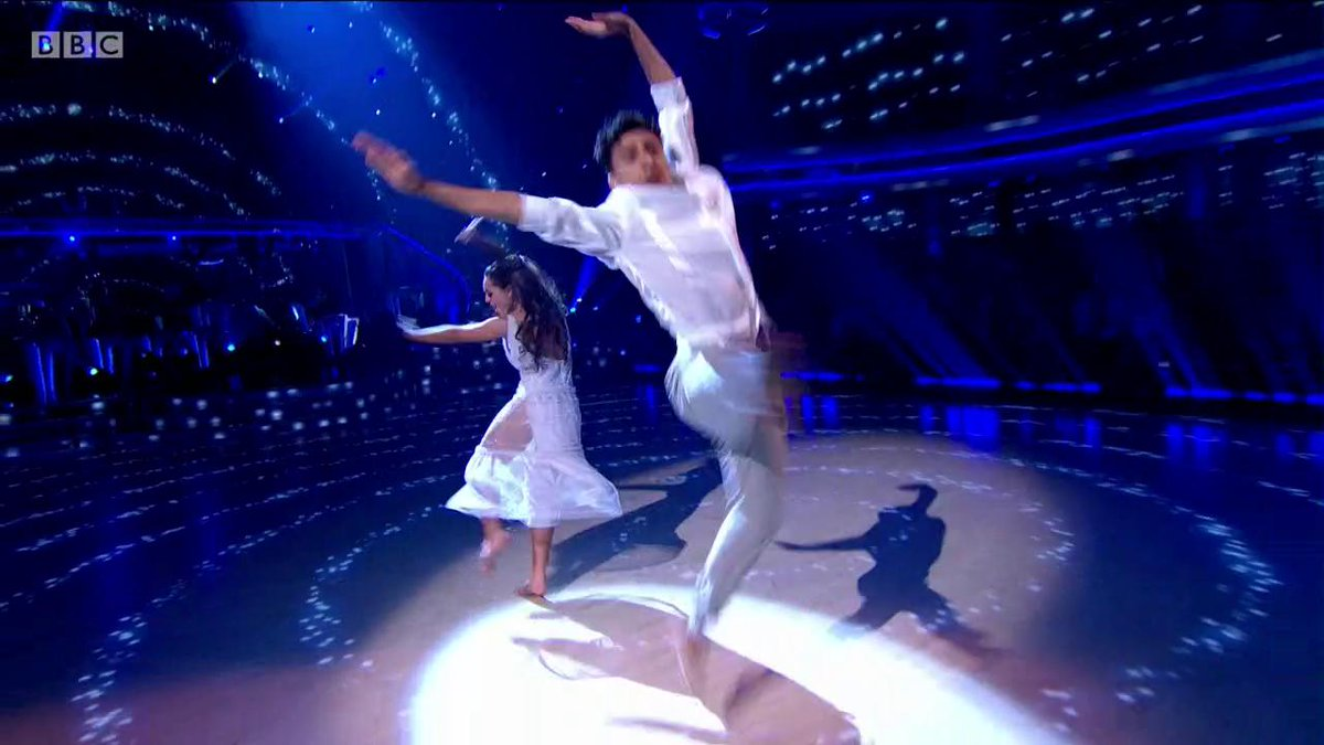 What a stunning Showdance. 🤩 @kayzer_1 and @dowden_amy are an absolute dream tonight. #StrictlyFinal