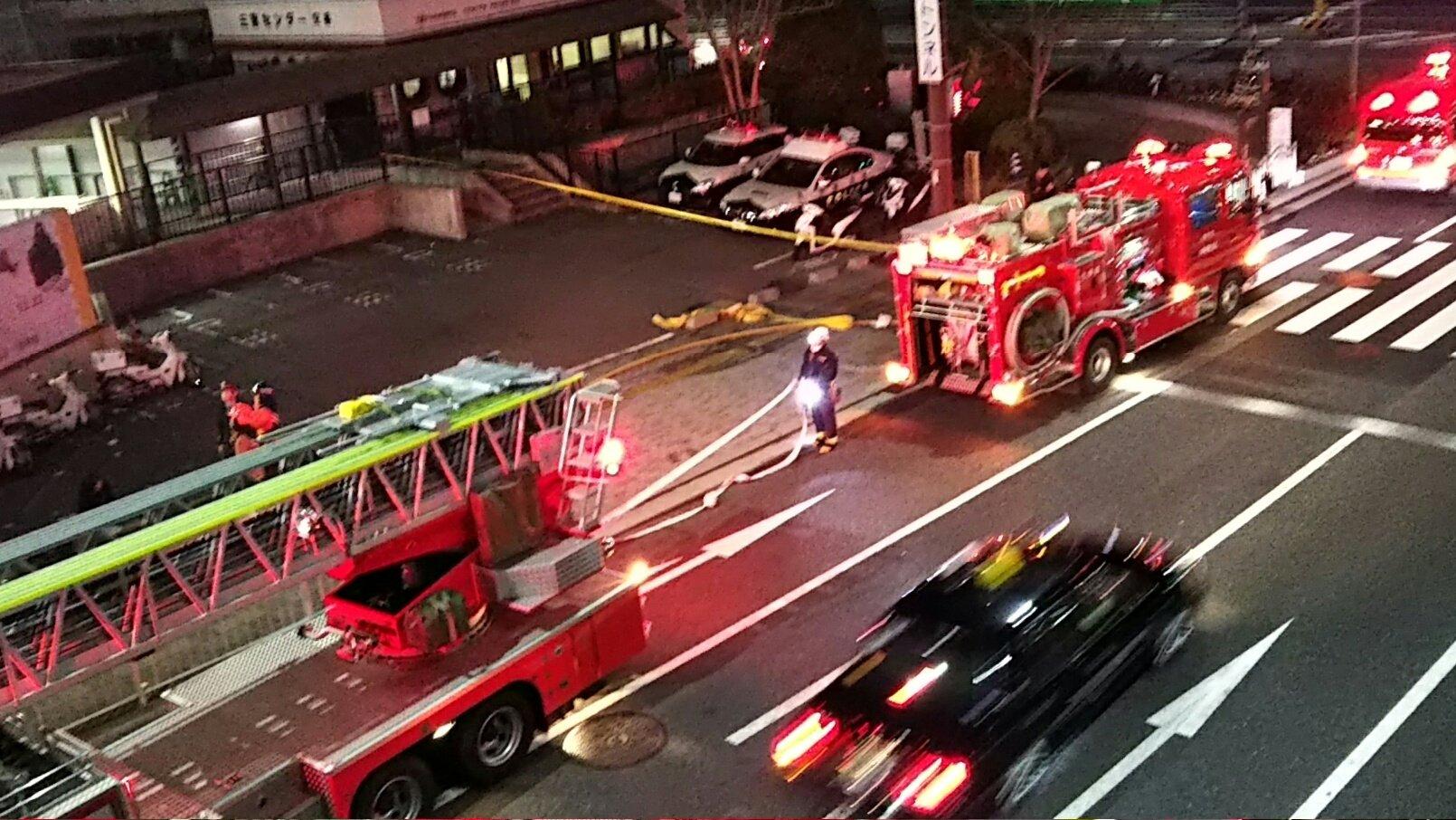 三ノ宮駅の火災で消防車が消火活動している画像