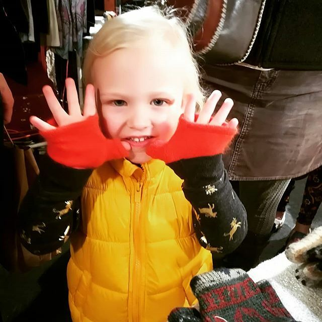Tillie is super excited about her new kitten mittens!  #kidsaccessories #kittenmittens #kittenmittensclub #oly #dtm #upcycled #mittens #cutekids #orange #repurposed #ecofriendly #ecofashion https://ift.tt/2tbal4npic.twitter.com/puOyLawcGV