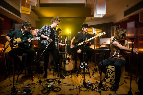 Grabe ang solid ng band na to👏👏👏 not really a fan, but when I get to watch this heartbreak girl performance, W-O-W nalang. galingggggggg😍 #8Yearsof5SOS https://t.co/XUcgzhCTtX