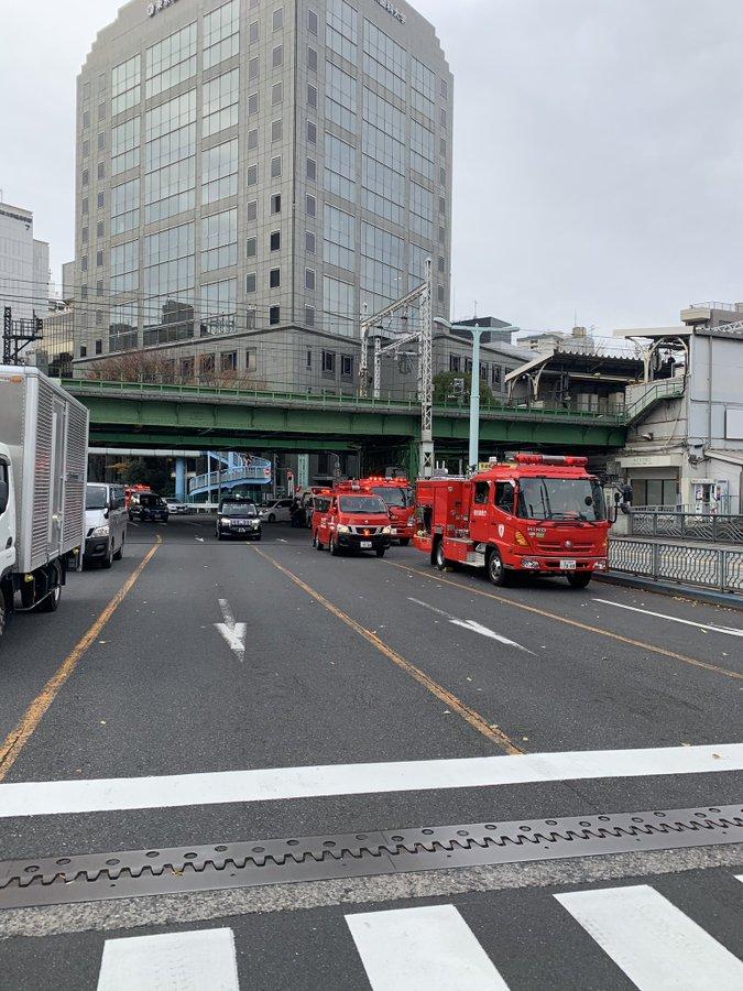 12月15日の中央総武線の人身事故で消防車集結の画像