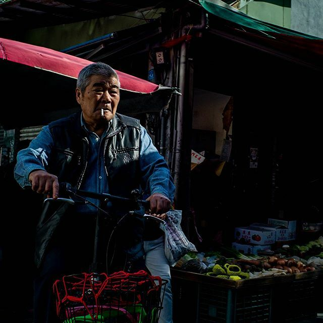 Light, shadows and faces in the market  #myspc #sptcollective #spi #fromstreetwithlove #street_vision #streetleaks #streetphotography #myfeatureshoot #life_is_street #lightandshadow  #spicollective #fromwhereistand #hcscstreet #createexplore #thestreephe… https://ift.tt/38OguUG pic.twitter.com/MEWxKgToRB