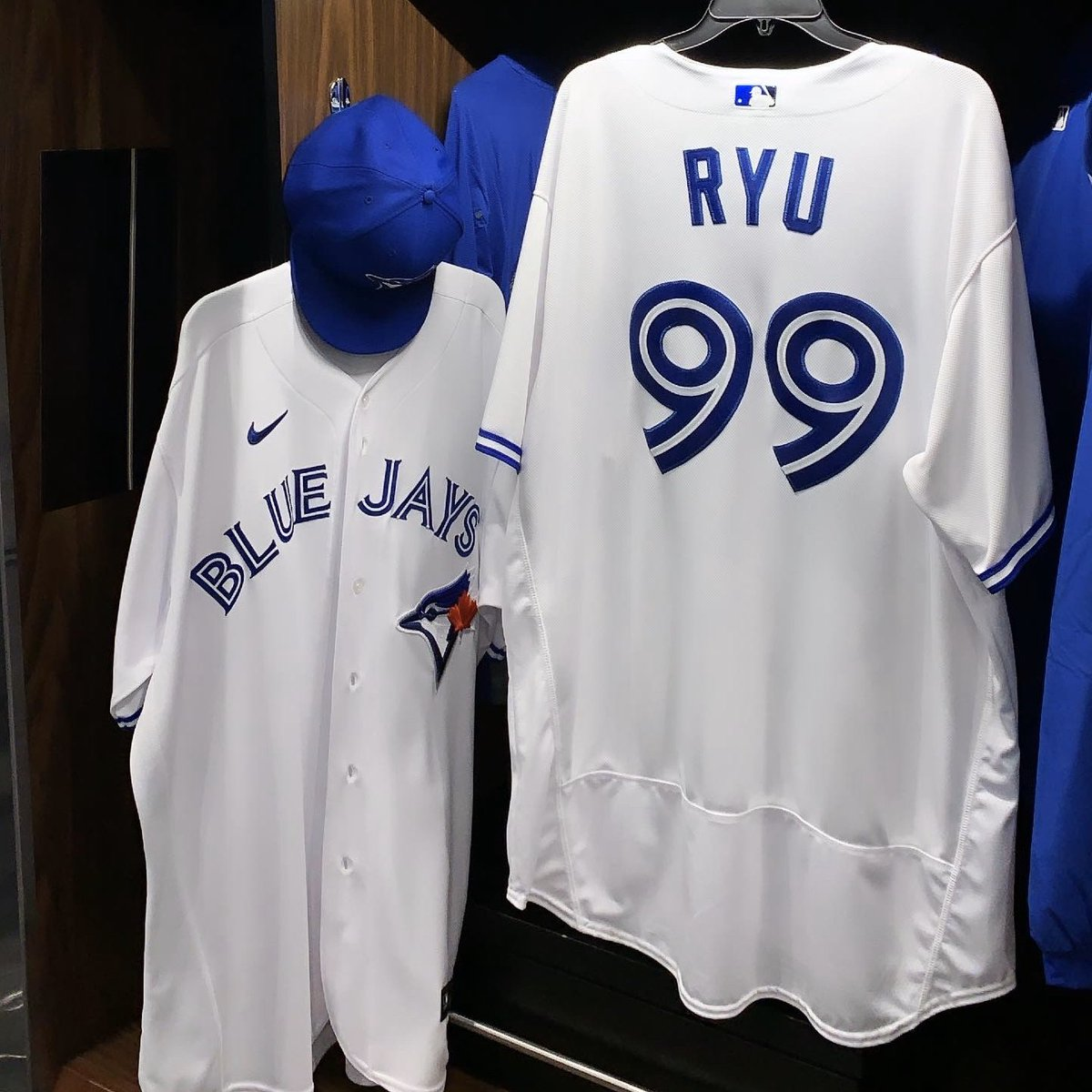 LIVE: Blue Jays introduce Ryu in Toronto