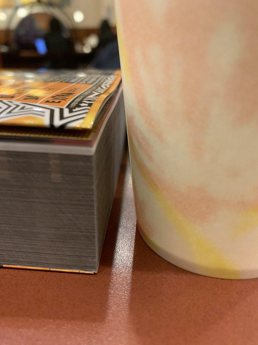 p5r の攻略本を買ったんだけど、マジで鈍器…分厚い…紙コップと対比