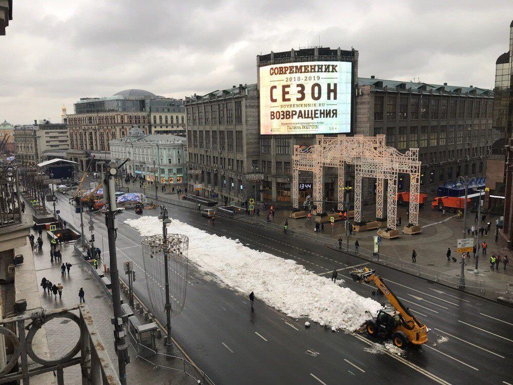 Warmer Moscow resorts to fake snow for New Year's decoration
