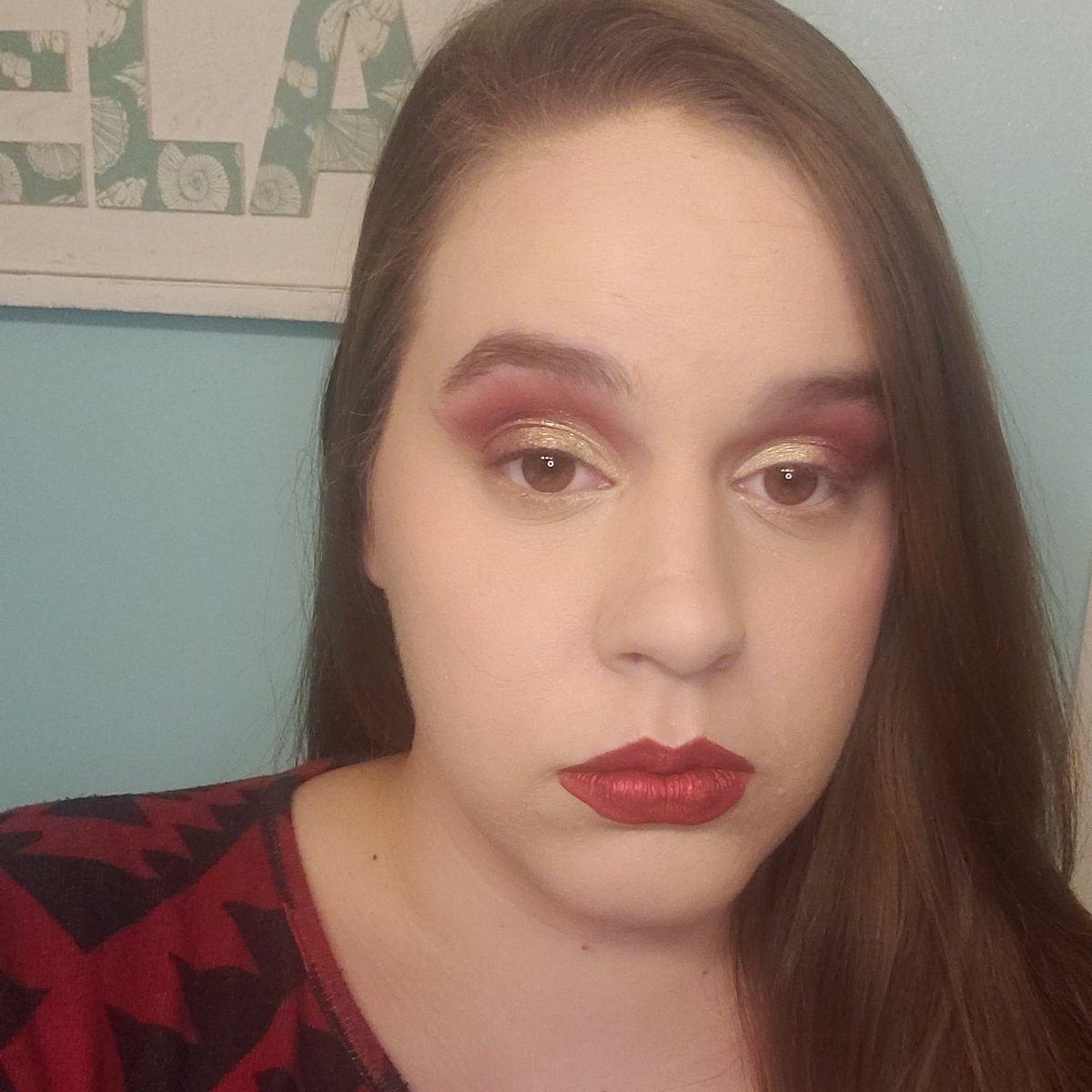 Forgot to post my #Xmasmakeup but was loving this gold on red! #makeuprevolution #abhmodernren #limecrime #abh #liquidlipstick #undiscoveredmuapic.twitter.com/9DcIXOXhaD