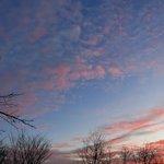 Image for the Tweet beginning: Mooie schemeringskleuren tijdens de zonsopgang