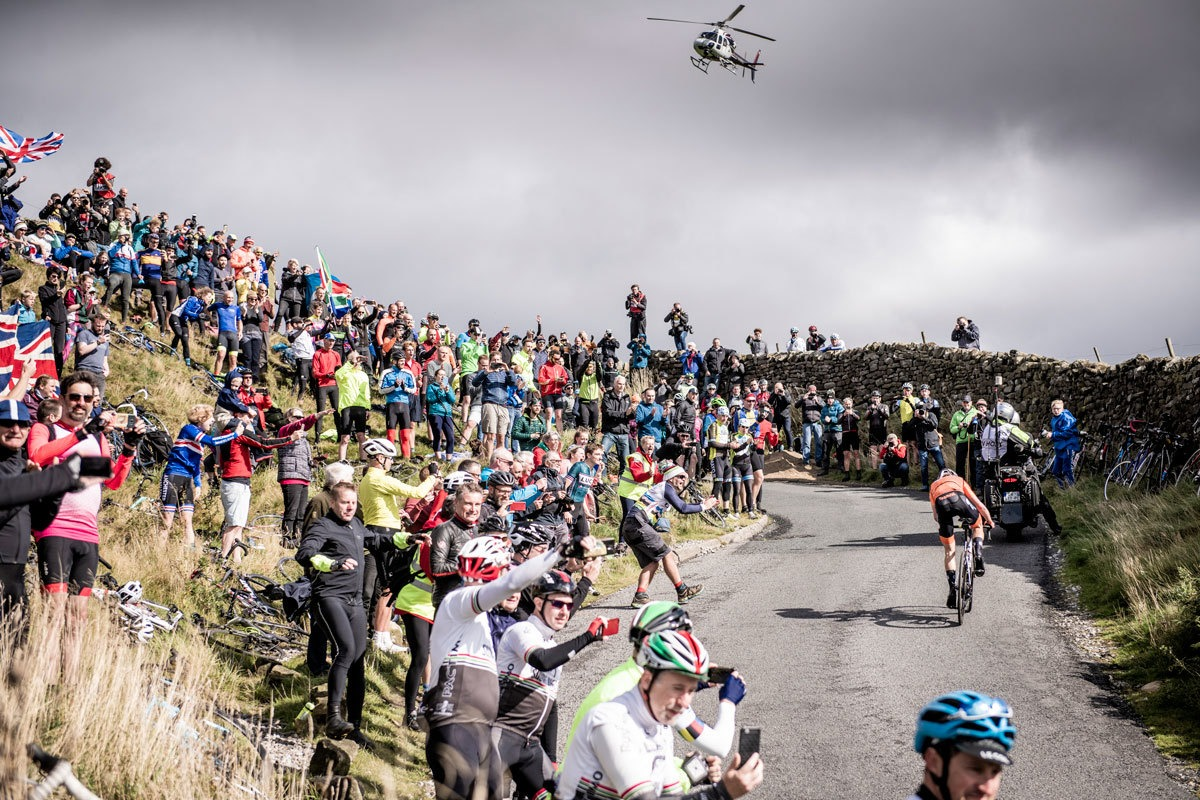 My favourite photo of the 2019 cycling season. Taken by @kristoframon . The helicopter. @AvVleuten going for the rainbow jersey with 100 km to go. The Yorkshire crowds. Pure cycling. ❤️🚲 #Yorkshire2019 #FotoCiclistaDelAno2019