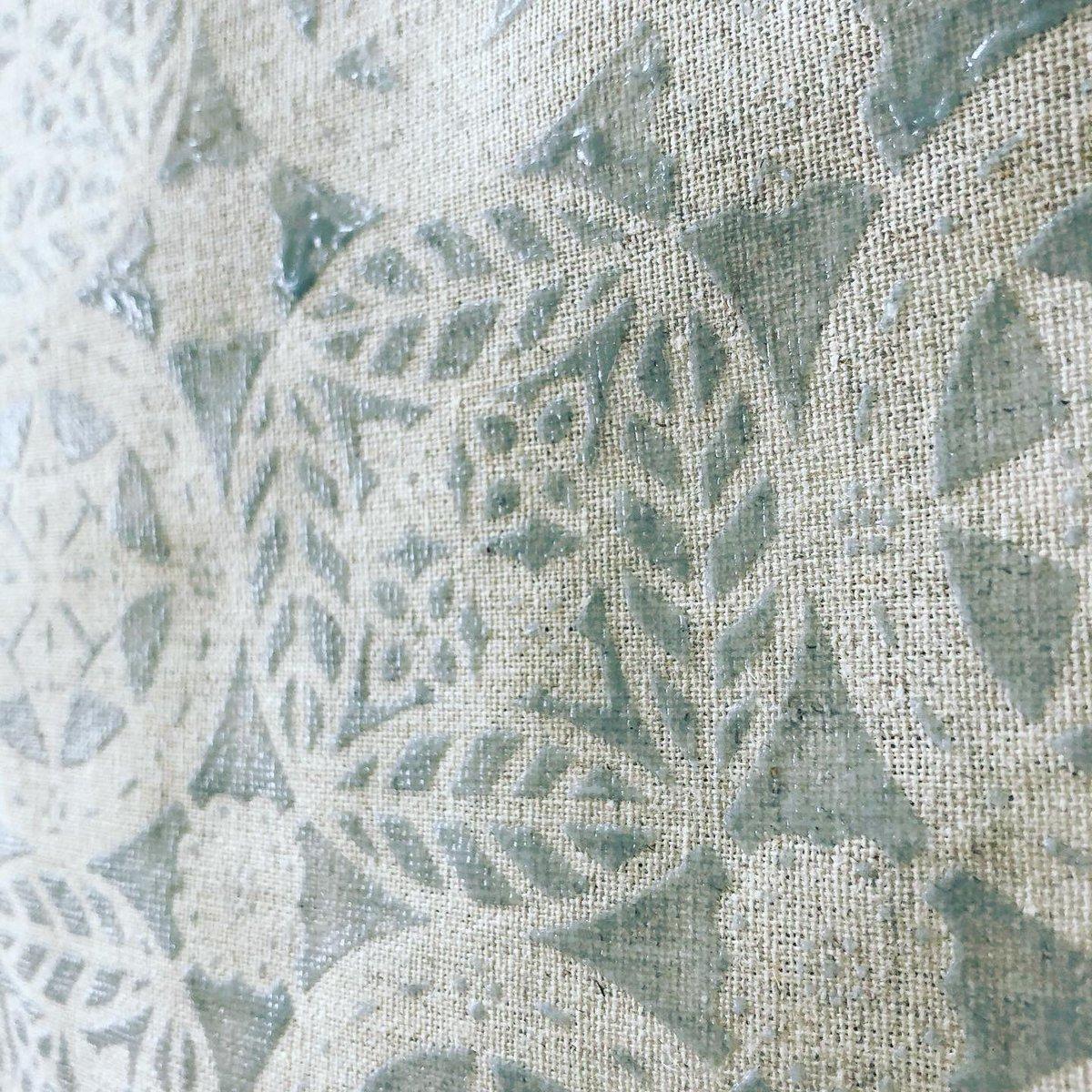 白に染める  普段こんなに白で染めることはないので雪のようだと思いながら  #紅型 #紅型ナワチョウ #縄トモコ #びんがた #びんがたナワチョウ #なわともこ #白で染める #万華鏡文様 #オリジナル #original #テキスタイル #テキスタイルデザイン #textiledesign #沖縄pic.twitter.com/OtWUx5ScgK