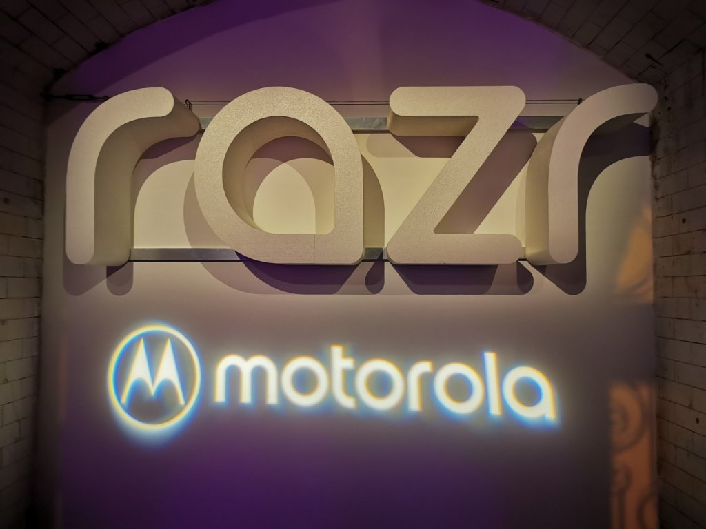 Motorola Razr Hands-On: Yes you know it's expensive. Yes you still want one. #Razr #FoldingPhone #Moto https://jmcomms.com/2019/12/18/motorola-razr-hands-on-you-know-its-expensive-you-still-want-one/…pic.twitter.com/HgrSF5b5uX