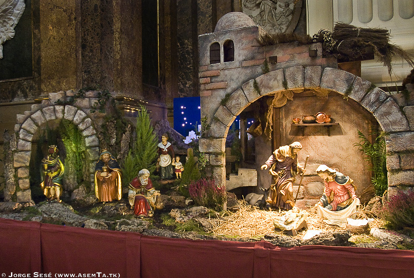 🔶We join today's #AnimalsInChurches with this Nativity recreation at the Cathedral of Our Lady of the Pillar in Zaragoza 🇪🇸#ChristmasInChurches  #ReligiousHeritage #woodenarchitecture