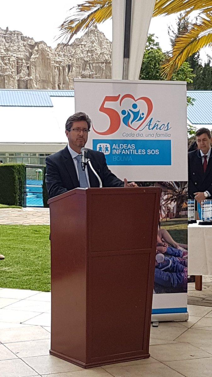 Roberto Urquizo realiza un reconocimiento a aliados y amigos en agradecimiento a su apoyo en estos #50años de trabajo. #CadaDíaUnaFamilia. https://t.co/43Wom6iVWA