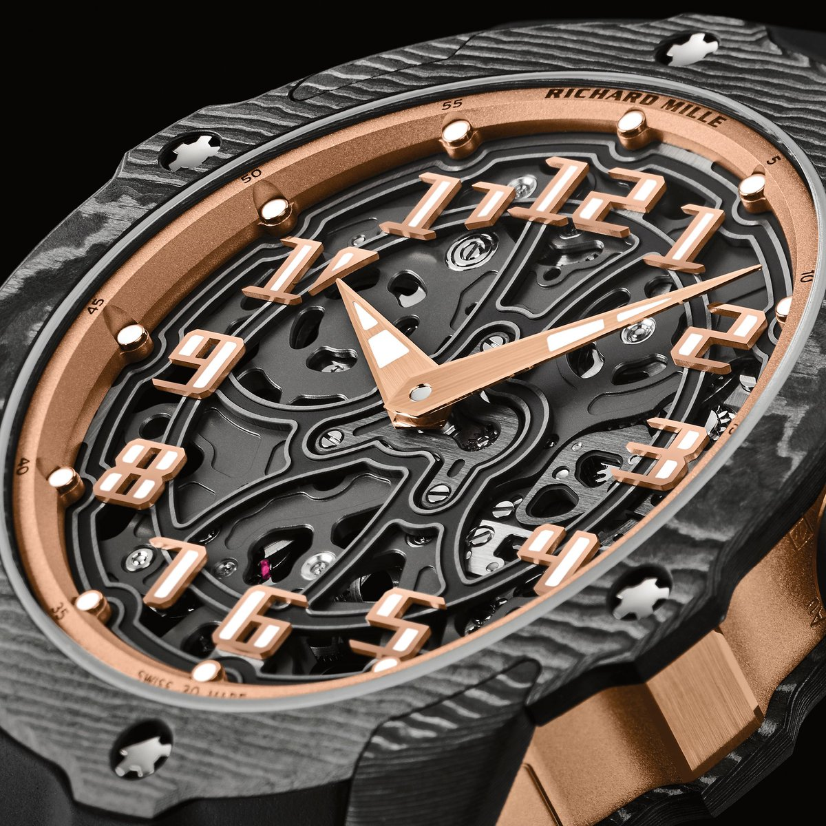 The RM 33-02's finishing accentuates the volumes by playing with shadow and light thanks to the highly graphic skeletonization. The exterior elements and hour-markers further add to this complex sense of depth and power.