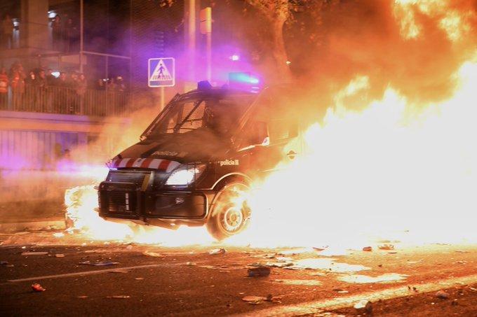 39 policías heridos en los disturbios provocados por la gente de paz EMGfuTzWwAI1yXW?format=jpg&name=small