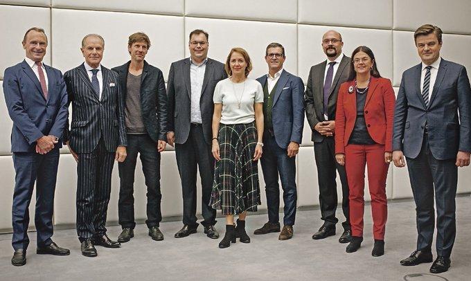 """Gemeinsam gegen den Verkehrskollaps: Peter Bigelmaier fordert am runden Tisch der @SZ_Muenchen einen Masterplan fürs Wachstum, damit #München """"Stadt der Zukunft"""" bleibt. Den ganzen Beitrag gibt's hier:  t.co/EEUoLbXPBx"""