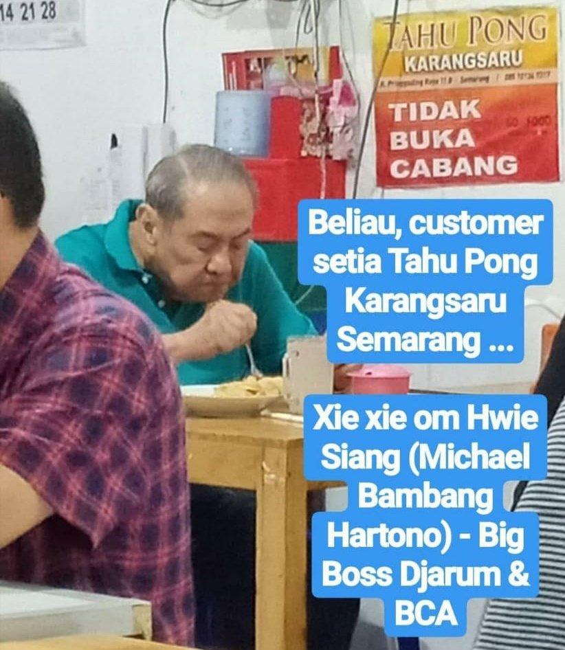 Michael Bambang Hartono makan di warung.