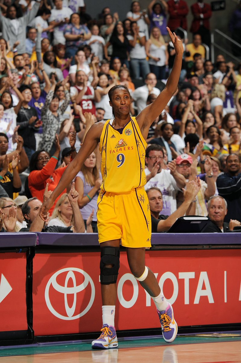 A look back at the Sparks last decade.   2009: @LisaLeslie's final home game  #GoSparks #LeadTheCharge #TBT #WNBAVault https://t.co/VYRjohp5Fc