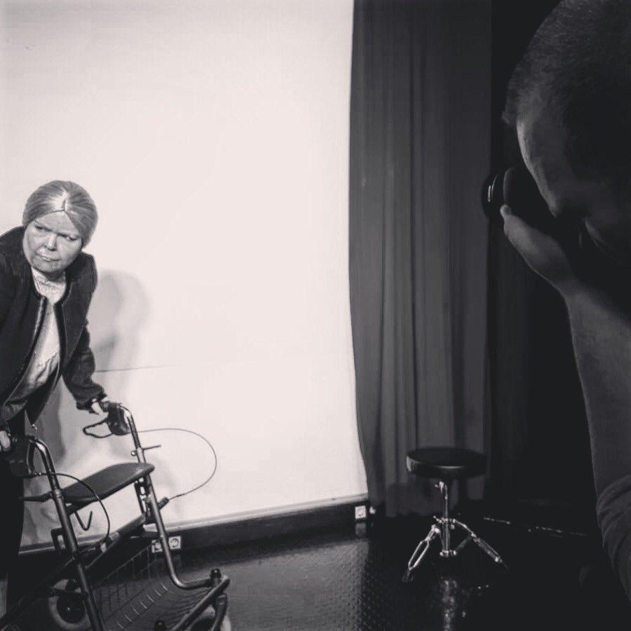 Heute war Fotoshooting. Das ist immer ein sicheres Zeichen dafür, dass wir uns auf die Zielgerade zubewegen. 37 Ansichtskarten von Michael McKeever. Premiere ist schon im Februar. | http://www.theater-minus.depic.twitter.com/9EU2Ok31rq