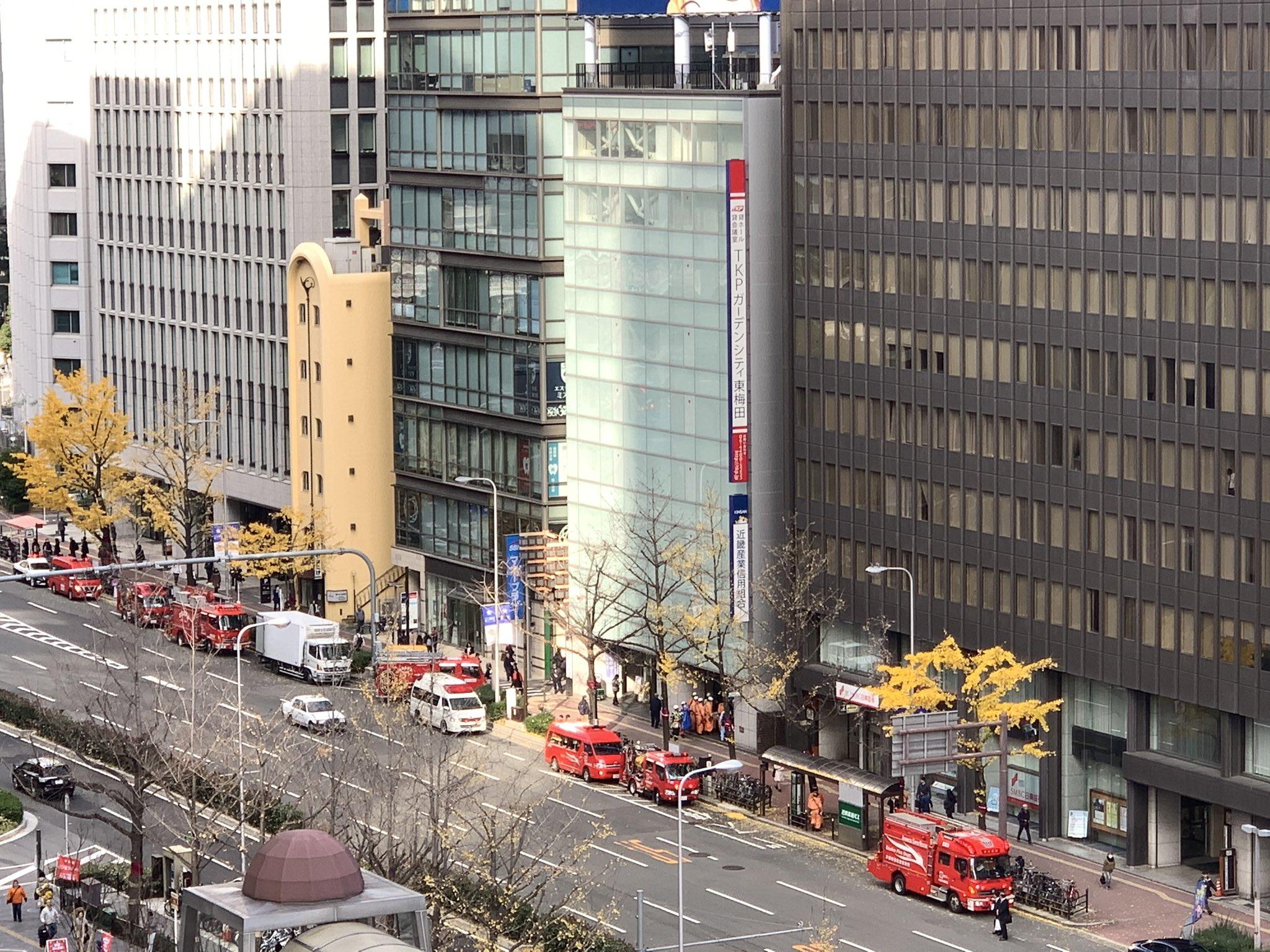 東梅田駅に緊急車両が集結している画像