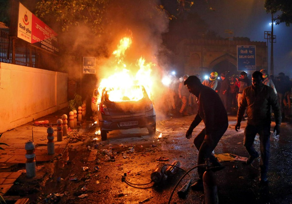 Indian police fire tear gas in clashes with stone-throwing Muslims angry at citizenship law https://reut.rs/35JT0Oj