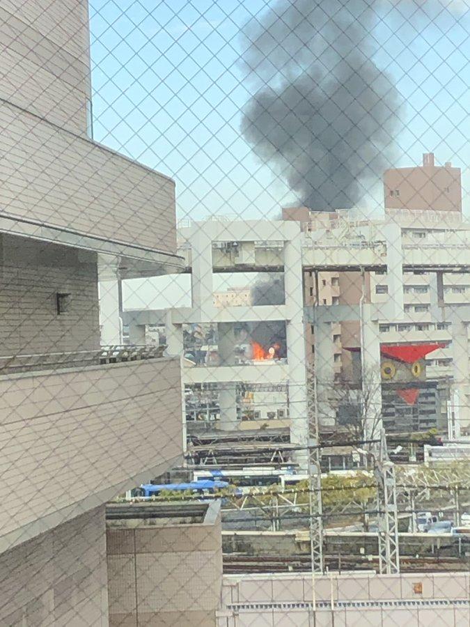 千葉駅付近で火事が起き黒煙が立ち上っている画像