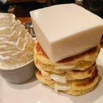 レアチーズがたまらない?巨大なレアチーズが乗ったクリームチーズパンケーキが食べられるお店!