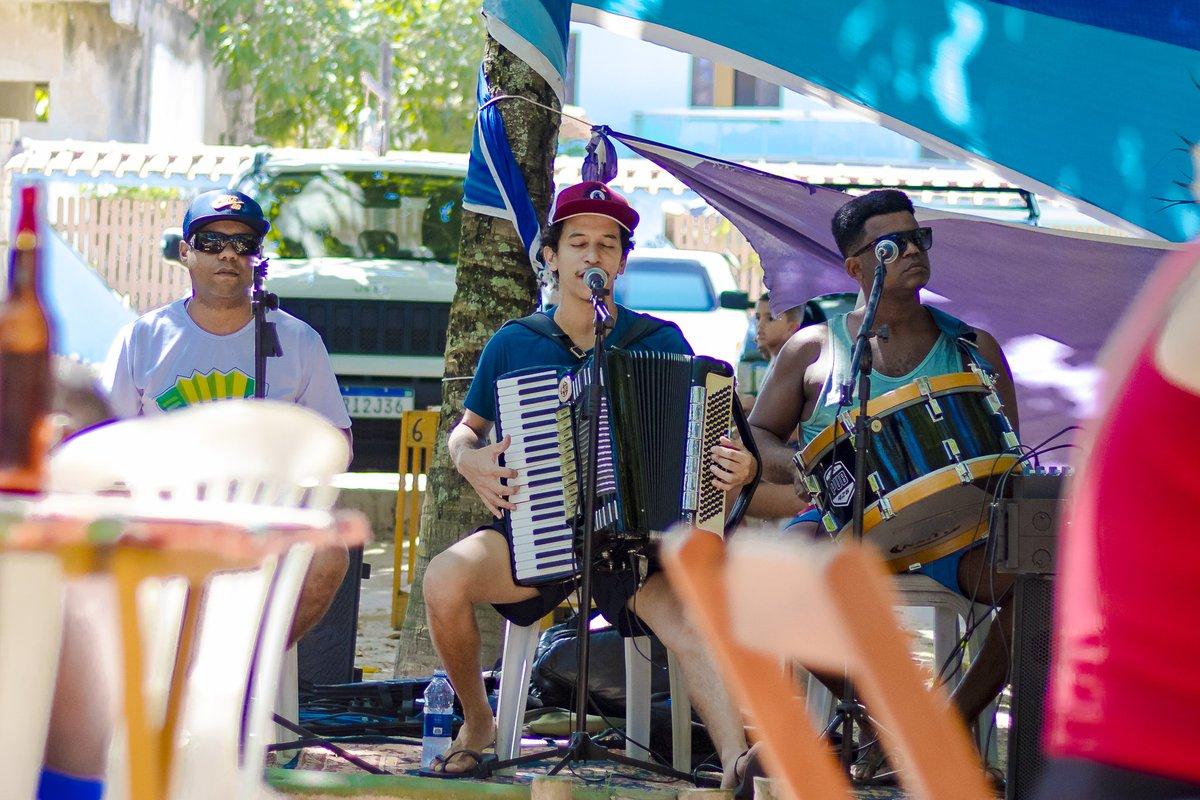"""Domingão na Cabana Aroeira, tocando """"avonts"""" chinelo e bermudinha #forró #capixaba #pontadafruta #praiapic.twitter.com/POKqgLJ9UM"""