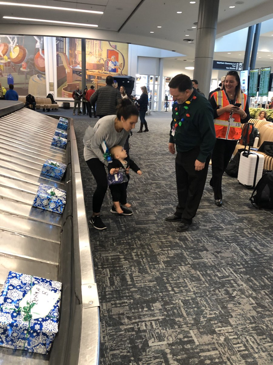 UA CVG teams up with the airport to surprise and delight customers on UA 5011. Personalized gifts arrive on the carousel. A great way to start the holiday season with many smiles. Team CVG ROCKS! @weareunited @CVGUABob @JMRoitman @pamelapollak #beingunited