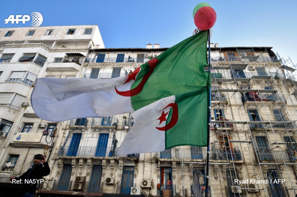 """Un millier de personnes, étudiants et citoyens, ont à nouveau manifesté aujourd'hui à Alger contre le régime, malgré le deuil national décrété au lendemain du décès du général Ahmed Gaïd Salah, considéré comme le """"gardien"""" du système dont la contestation veut se débarrasser #AFP"""