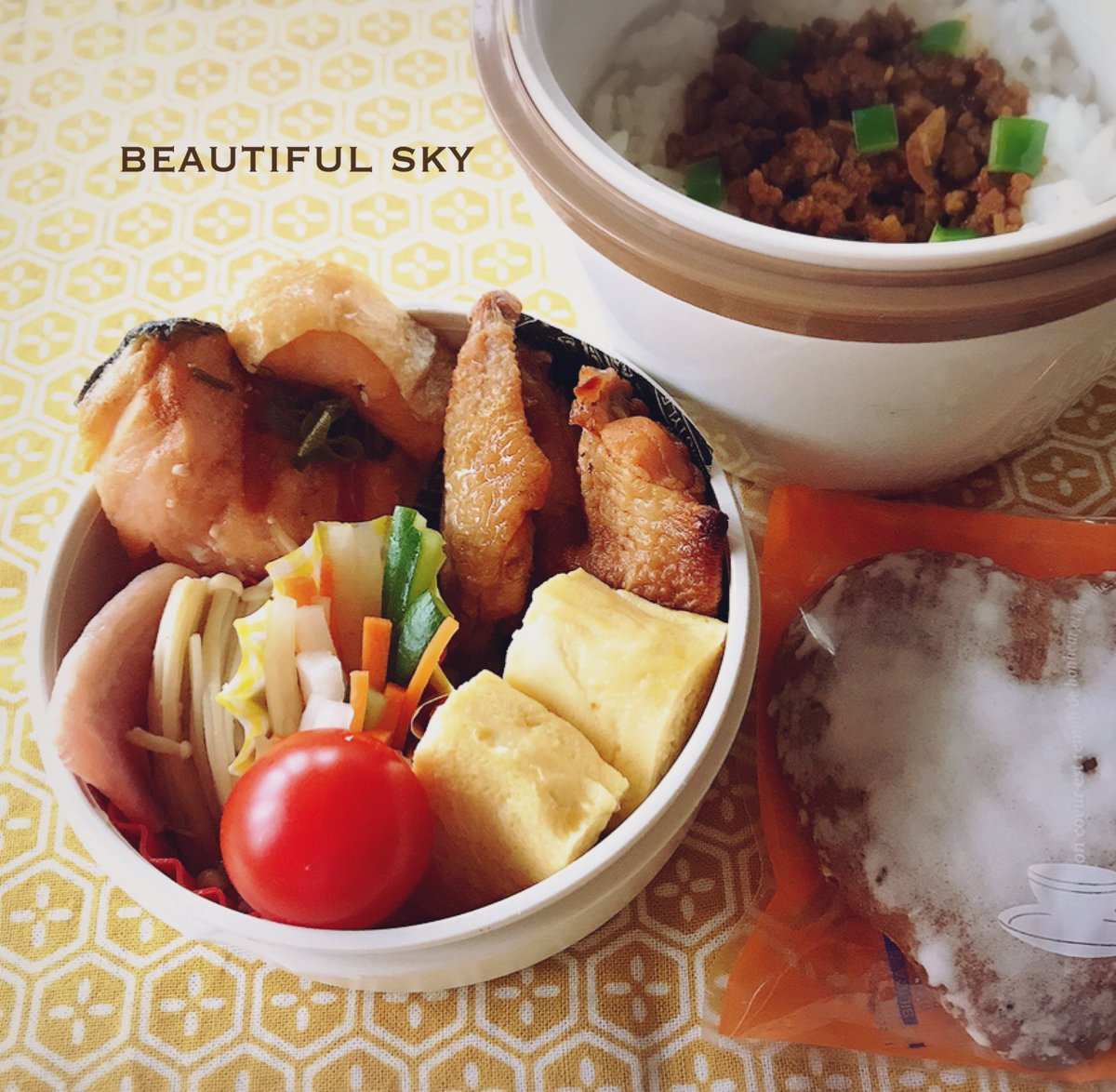 おはよう  鮭ねぎポン酢 手羽中グリル えのきとベーコンのバター炒め 野菜のピクルス だし巻き卵 カレーそぼろご飯  仕事もあと3日。 普通の料理や掃除すら出来てないから 年末こそ!と思っていたところ 主人が「そうだ京都へ行こう」 私「いいねぇ」 ٩( ᐛ )( ᐖ )۶  #保温弁当  #お弁当pic.twitter.com/MykuDkqzwx
