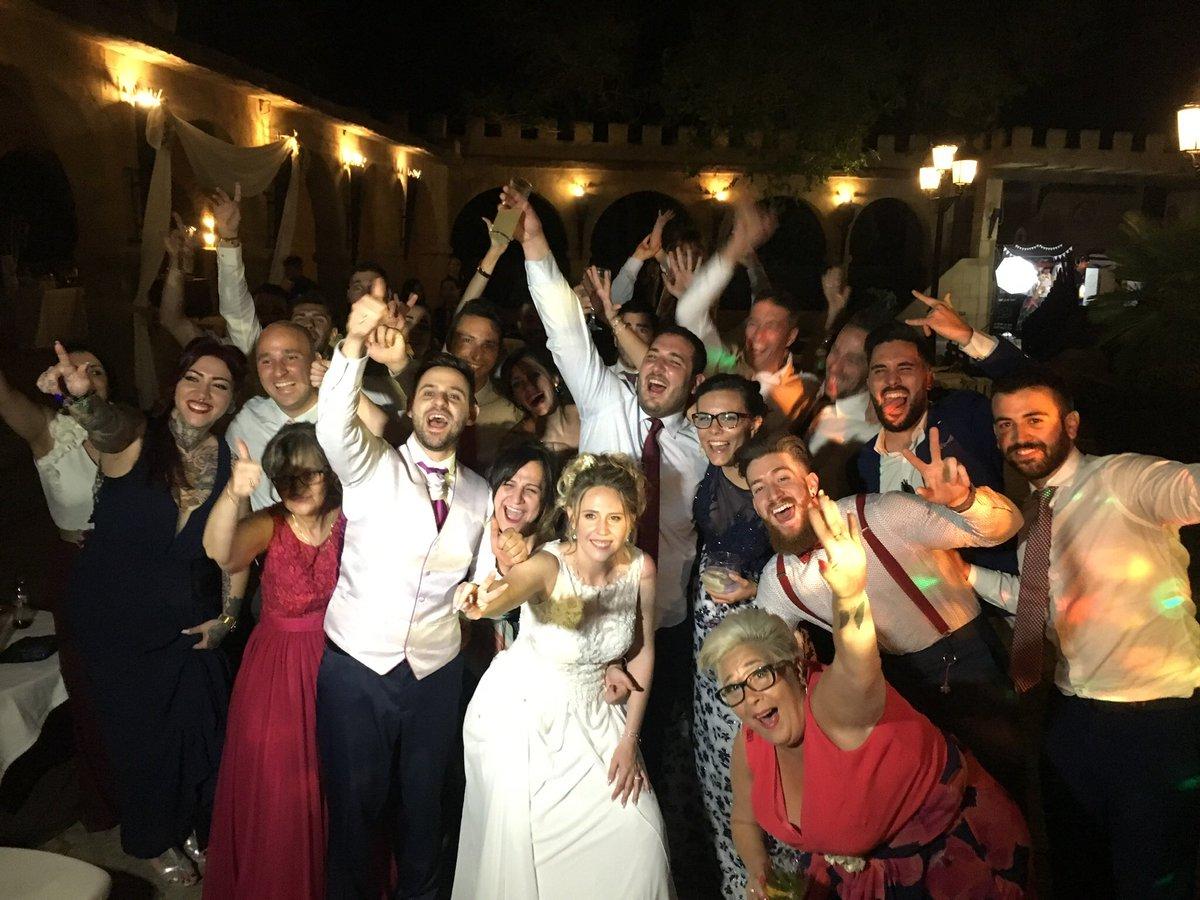 """- Novios: """"Queremos la mejor fiesta de nuestra vida""""  - 🧞♂️: """"Concedido"""" #DiseyMusic   #ExpertosEnHacerteBailar https://t.co/V7OXbhOVev"""