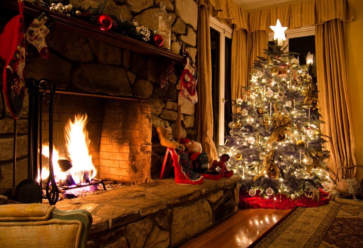 Картинки с елкой и камином в доме фото