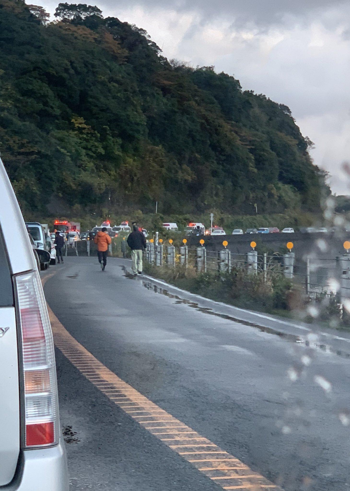 鹿児島市平川町の国道226号線の事故で緊急車両が集結している画像