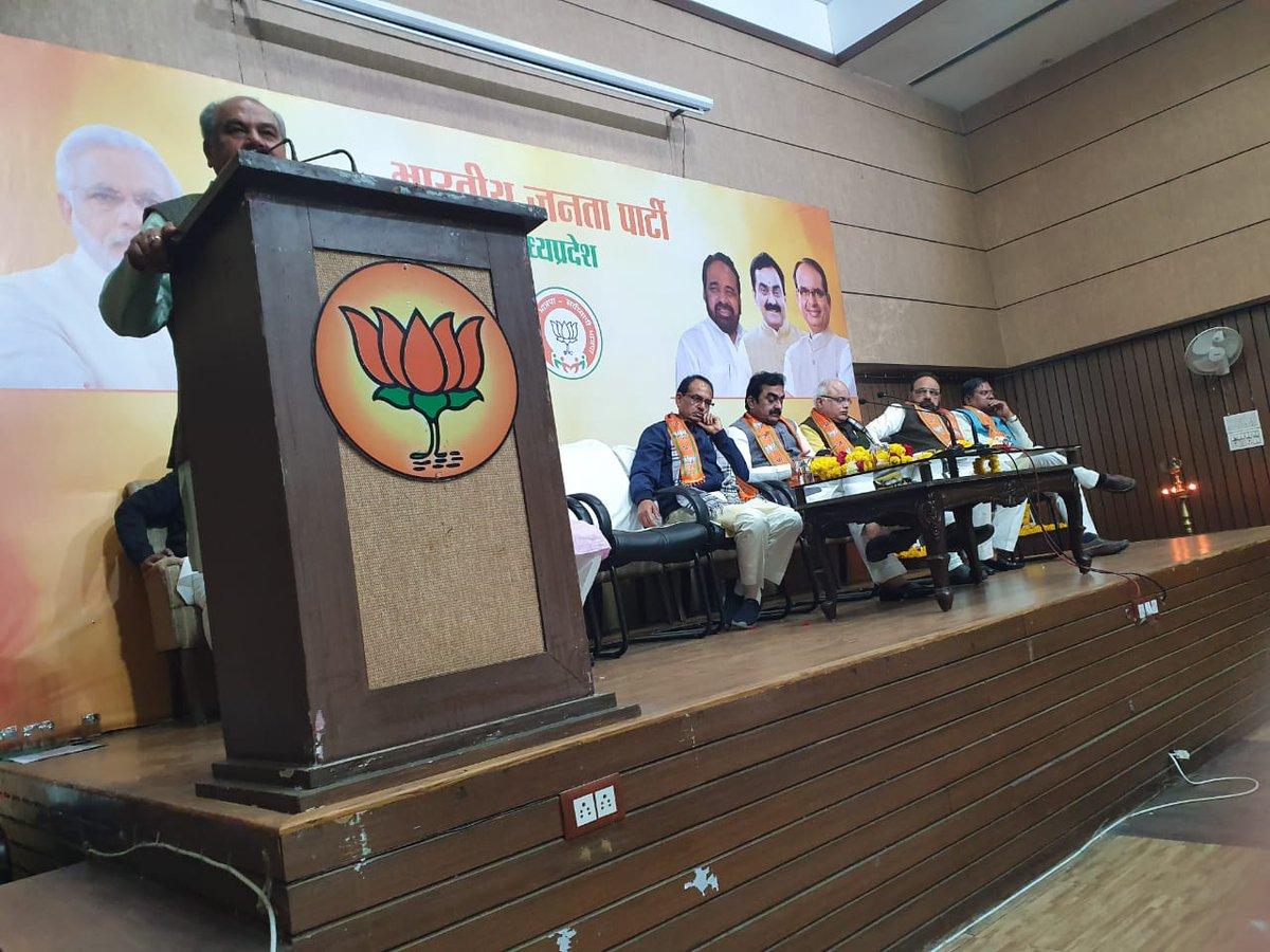 आज भोपाल में #भारतीय_जनता_पार्टी_मध्यप्रदेश की एक महत्वपूर्ण बैठक में शामिल हुआ..     #CAA सहितअन्य विषयो पर सार्थक चर्चा हुई। आभार...  #BjpMadhyaPradesh pic.twitter.com/xtvzJqUmnh