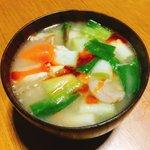 Image for the Tweet beginning: 今日のスープは有賀さん@kaorun6 の #365日のめざましスープ からご馳走豚汁。昨日たっぷり作った豚汁に九条ネギを入れて、辣油を。私はこの有賀さんの「バトンスープ」という言葉が本当に好きなのです。 #スープ365  #おうちごはん