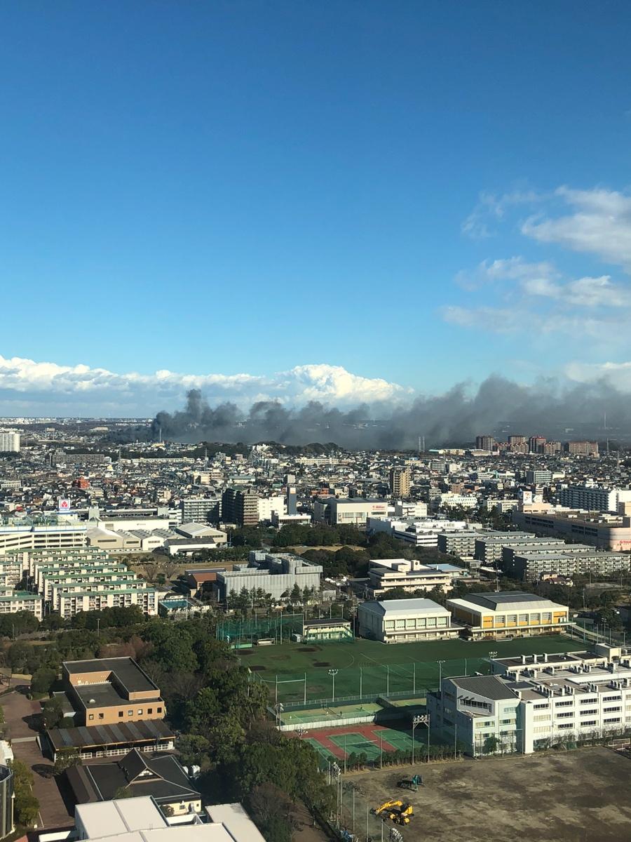 千葉市花見川区幕張町4丁目の武石IC付近で大規模火災の現場の画像