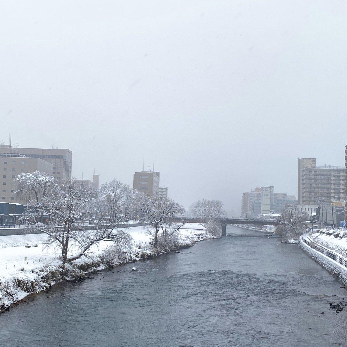 2019/12/27 盛岡市の開運橋から撮影。雪が降っています。みなさま、安全第一でお過ごしください。 #岩手 #盛岡 #北上川 #岩手においでよ