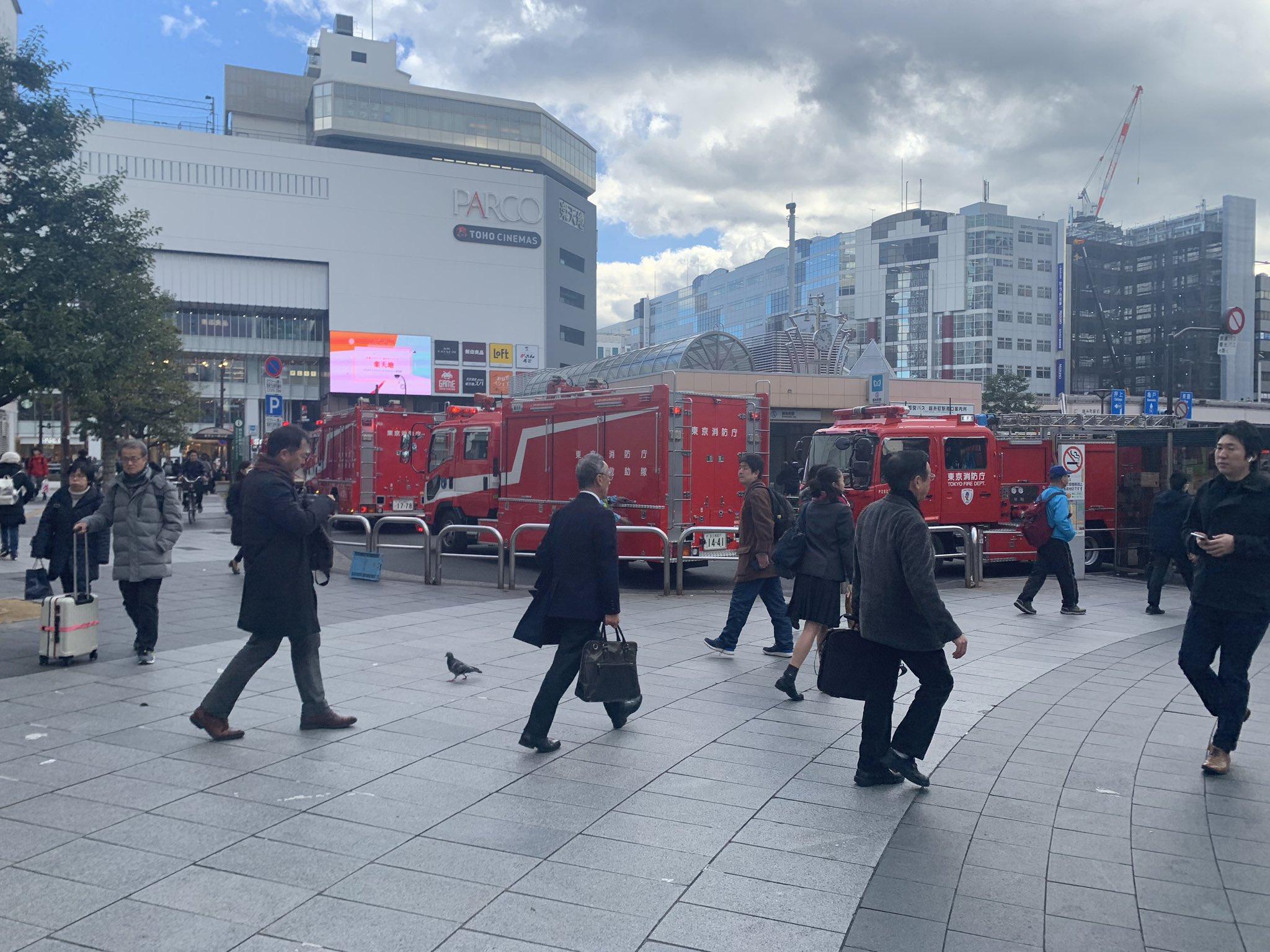 総武線快速の錦糸町駅の人身事故で消防車が集まっている現場の画像